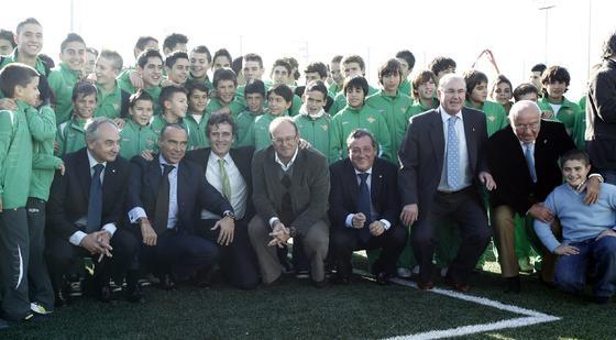 """Foto de familia en la inauguración de la Ciudad Deportiva bética """"Luís del Sol"""".  Foto: Antonio Pizarro"""