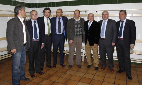 """Foto de familia en los nuevos vestuarios de la Ciudad Deportiva bética """"Luís del Sol"""".  Foto: Antonio Pizarro"""