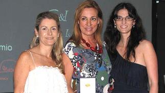 Rocío Mesa, la diseñadora Ángeles Verano, tercera clasificada, y María Maldonado.  Foto: Victoria Ramírez