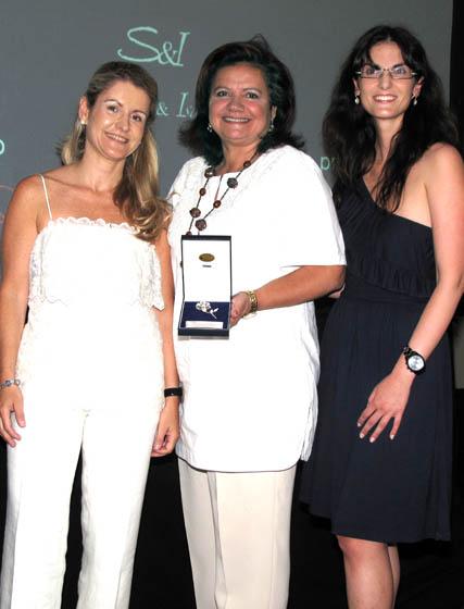 Rocío Mesa, la diseñadora Pilar Vera, que obtuvo el segundo lugar, y María Maldonado.  Foto: Victoria Ramírez