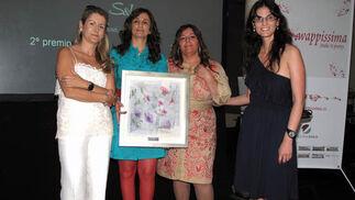 Rocío Mesa, responsable de Tecnología del Grupo Joly, las diseñadoras Sonia & Isabelle, ganadoras del concurso, y María Maldonado, responsable de Publicidad del Grupo Joly.  Foto: Victoria Ramírez