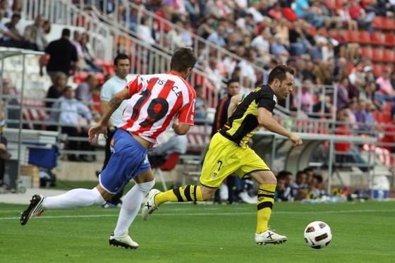 Artega avanza con la pelota controlada ante un rival. / LOF
