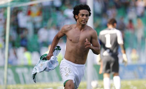 Iriney festeja el segundo gol bético quitándose la camiseta. / Antonio Pizarro
