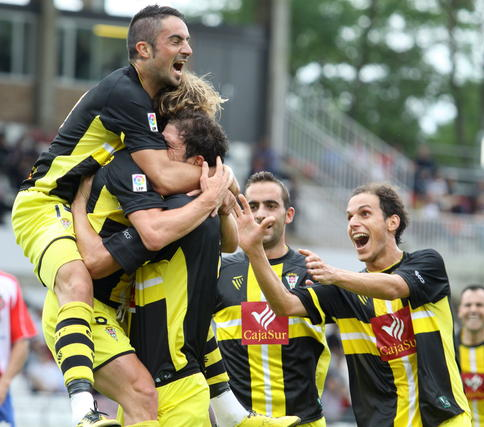 Los jugadores celebran el gol de Dañobeitia. / LOF