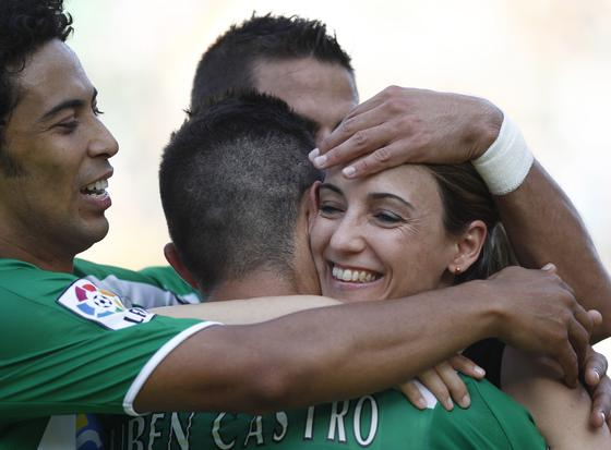 Los jugadores del Betis abrazan a la psicóloga del equipo en la celebración del gol de Rubén Castro. / Antonio Pizarro