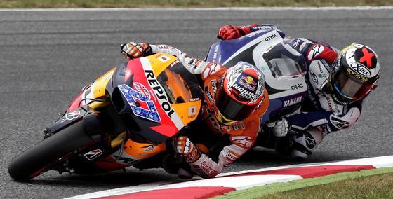 Lorenzo se acerca a Stoner en una curva. / Reuters