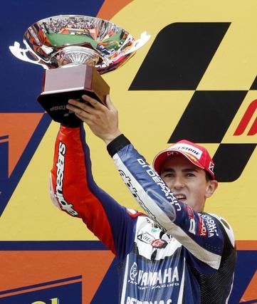 Lorenzo levanta el trofeo de subcampeón. / Reuters