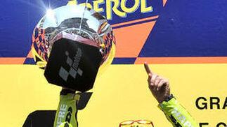Nico Terol, en lo más alto del podio de Montmeló. / AFP