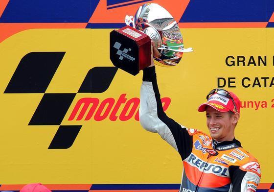 Stoner hace valer el poderío de su moto y se lleva el Gran Premio de Cataluña. / AFP