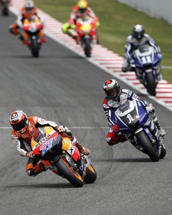 Stoner hace valer el poderío de su moto y se lleva el Gran Premio de Cataluña. / EFE