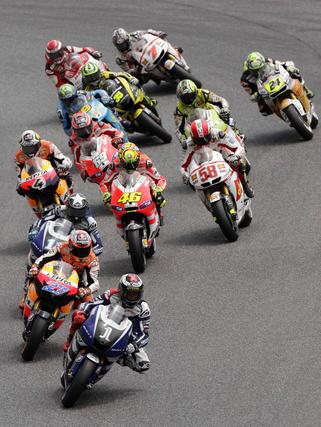 Stoner hace valer el poderío de su moto y se lleva el Gran Premio de Cataluña. / Reuters
