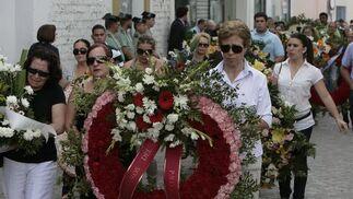Coronas de flores en recuerdo del alcalde de La Algaba.  Foto: José Ángel García