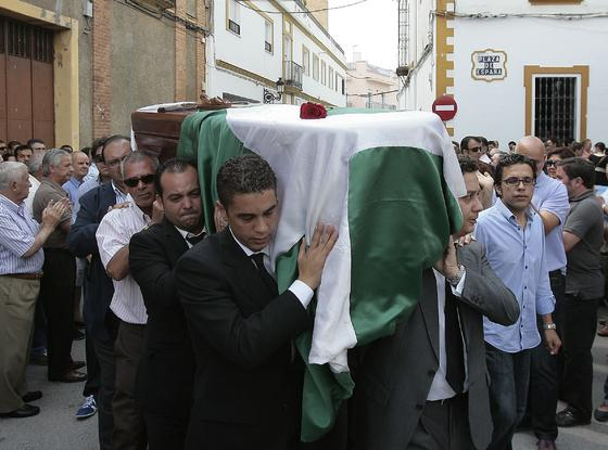 Familiares del fallecido portan su féretro cubierto por una bandera de Andalucía.  Foto: José Ángel García