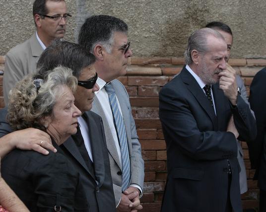 Familiares del fallecido junto a Viera y el presidente del PSOE de Sevilla y de la Diputación provincial, Fernando Rodríguez Villalobos.  Foto: José Ángel García