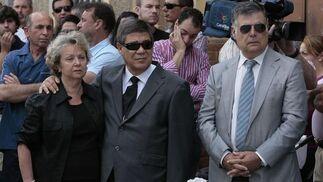 El secretario general del PSOE de Sevilla, José Antonio Viera, junto a los familiares de Marcos Agüera.  Foto: José Ángel García