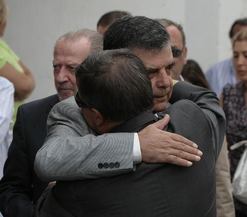 Viera, emocionado, da el pésame a la familia Agüera.  Foto: José Ángel García