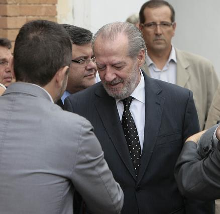 Villalobos estrecha la mano a un familiar del alcalde fallecido.  Foto: José Ángel García