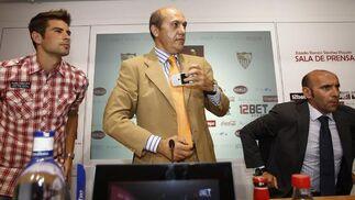 El defensa Coke es presentado como nuevo jugador del Sevilla.  Foto: Antonio Pizarro