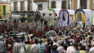 Cientos de rocieros ante el simpecado y varias carretas en Gines.  Foto: José Ángel García
