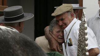Emoción de los más mayores al paso de las carretas.  Foto: José Ángel García