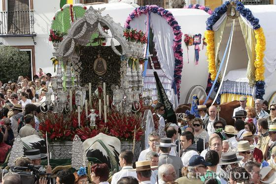 El simpecado de la hermandad de Gines seguido de las carretas.  Foto: José Ángel García