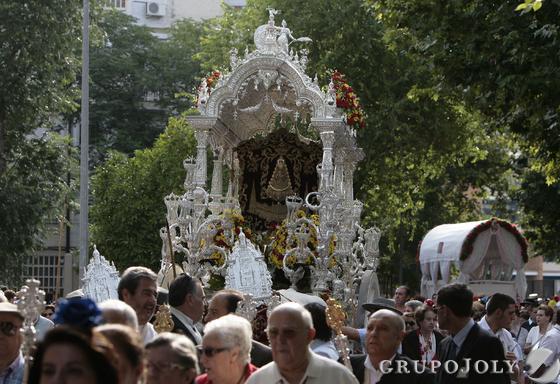 El simpecado de la Hermandad de Sevilla Sur, la primera de la capital en iniciar su peregrinaje, por las calles del del barrio.  Foto: José Ángel García
