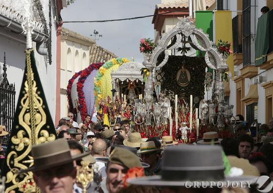 Momento del desfile de la Hermandad por las calles del municipio.  Foto: José Ángel García