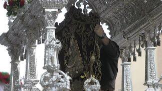 Retoques en el simpecado de la Hermandad de Sevilla Sur.  Foto: José Ángel García