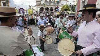 Tambolileros al paso de las carretas rocieras.  Foto: José Ángel García