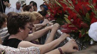 Vecinas de Gines acompañan al simpecado a la salida de Gines.  Foto: José Ángel García