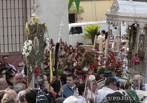 Vecinos de Gines al paso de la Hermandad del Rocío del municipio por las calles del pueblo.  Foto: José Ángel García