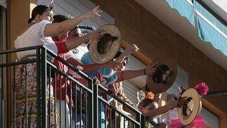 Alza de sombreros al paso de la carreta.  Foto: José Ángel García