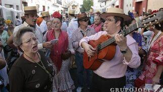 Cante y baile por las calles del barrio.  Foto: José Ángel García