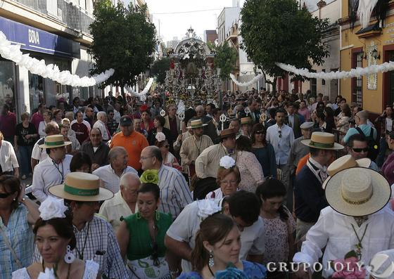 Cientos de vecinos acmpañan al simpecado de la Hermandad.  Foto: José Ángel García