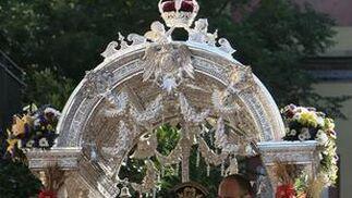 Detalle del simpecado de la Hermandad del Rocío del Cerro.  Foto: José Ángel García