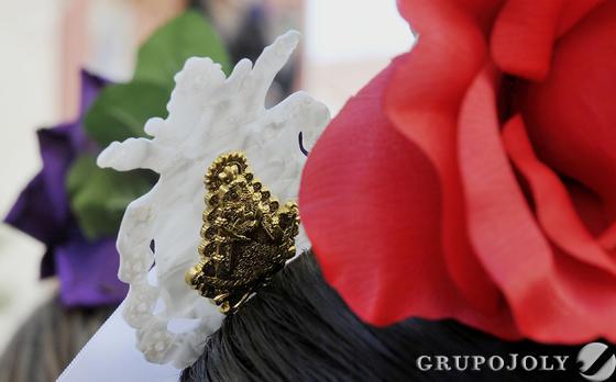Detalle de una peina con la silueta de la Virgen del Rocío.  Foto: Juan Carlos Vázquez