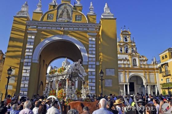 El simpecado de la Hermandad del Rocío de la Macarena a su paso por el arco junto a la Basílica.  Foto: Manuel Gómez