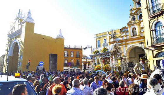 El simpecado de la Hermandad del Rocío de la Macarena emprende la marcha por las calles del barrio.  Foto: Manuel Gómez
