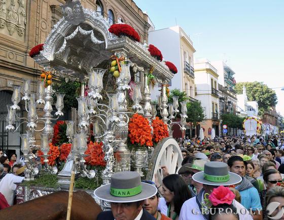 El simpecado de la Hermandad del Rocío de Triana seguido de miles de trianeros.  Foto: Juan Carlos Vázquez