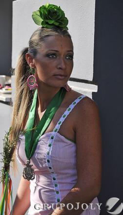 Una joven rociera de la Hermandad de Triana.  Foto: Juan Carlos Vázquez