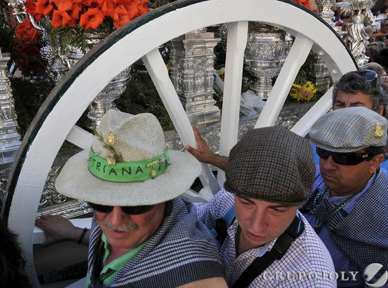 Hermanos de Triana junto a la rueda de la carrera del simpecado.  Foto: Juan Carlos Vázquez