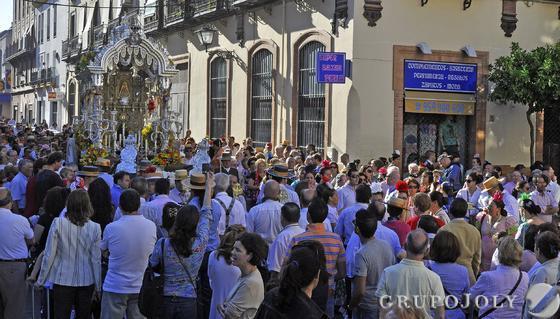 Miles de vecinos acompañan al simpecado en la calle Becquer, a la salida del barrio.  Foto: Manuel Gómez