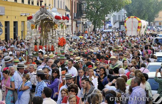 Miles de romeros acompañan a la Hermandad a su salida del barrio de Triana.  Foto: Juan Carlos Vázquez
