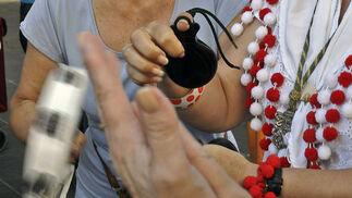Palmas, panderetas y palillos animan la salida de Sevilla de la Hermandad.  Foto: Juan Carlos Vázquez