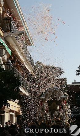 Petalada al simpecado en las calles del barrio.  Foto: José Ángel García
