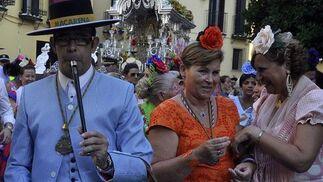 Rocieras y tamborileros acompañan a las carretas.  Foto: Manuel Gómez