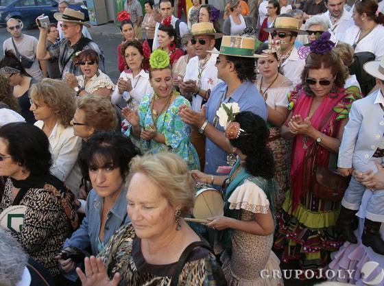 Romeros del Cerro acompañan a las carretas.  Foto: José Ángel García