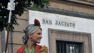 Una rociera a caballo en la calle San Jacinto.  Foto: Juan Carlos Vázquez