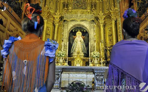 Dos romeras se despiden de la Virgen de la Macarena en la Basílica.  Foto: Manuel Gómez