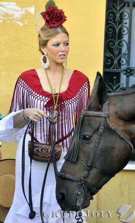 Una joven romera junto a su caballo.  Foto: Manuel Gómez